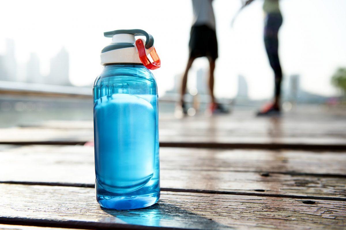 blauwe doorzichtige waterfles