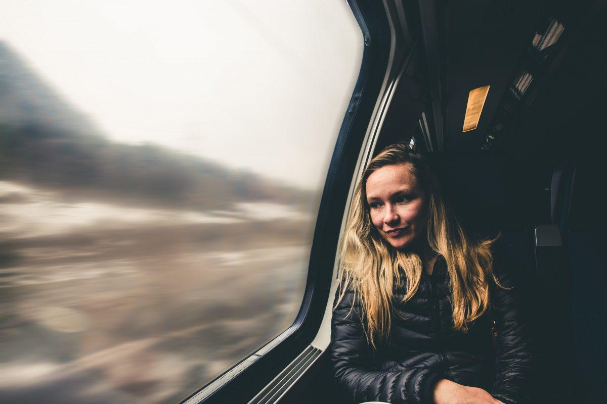 goedkoop reizen met de trein vrouw