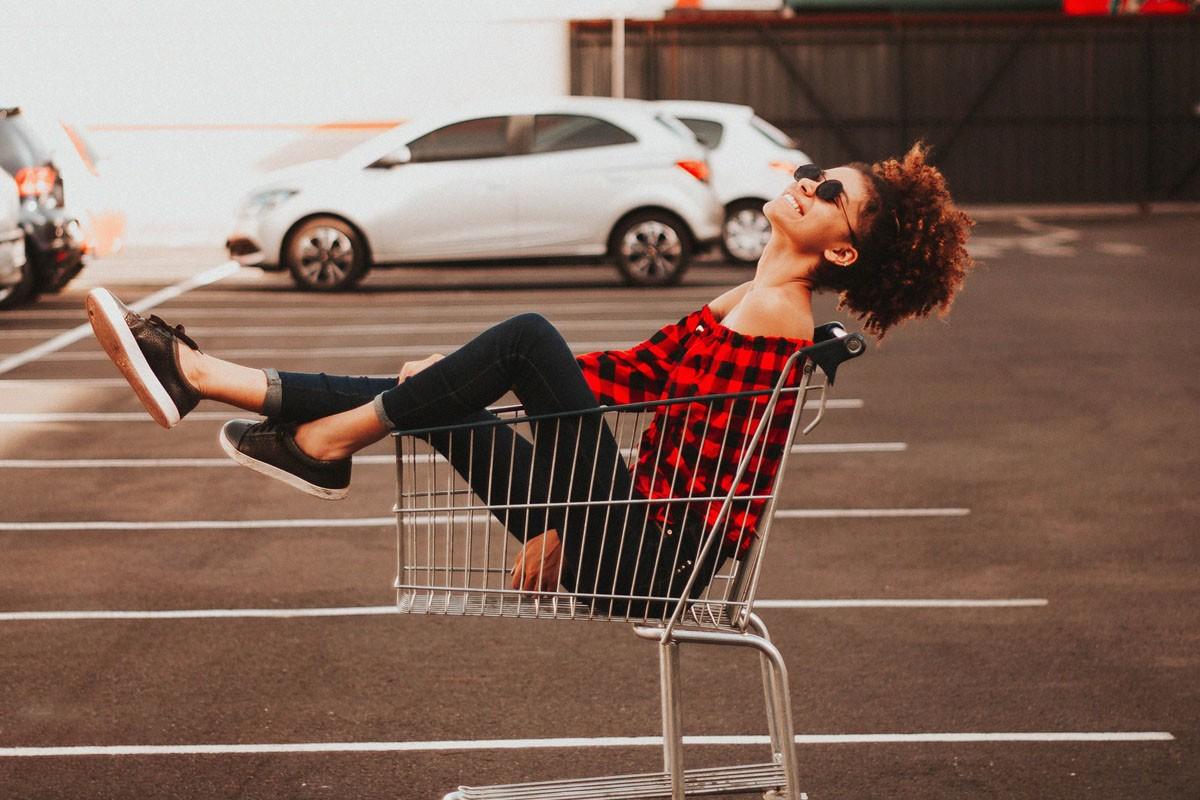 online shoppen meisje in winkelkarretje